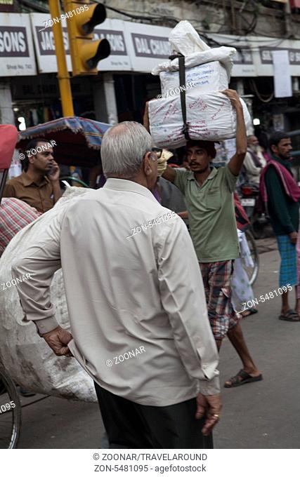 Inder trägt Pakete auf dem Kopf, Dehli, Indien