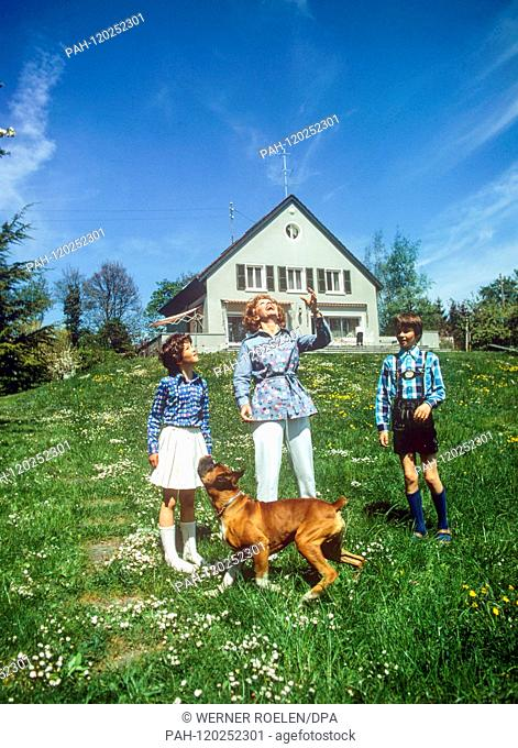 Liselotte Pulver in the 1970s with the children Melisande (l), Marc-Tell (r) and the dog on a meadow in front of her house near Lausanne