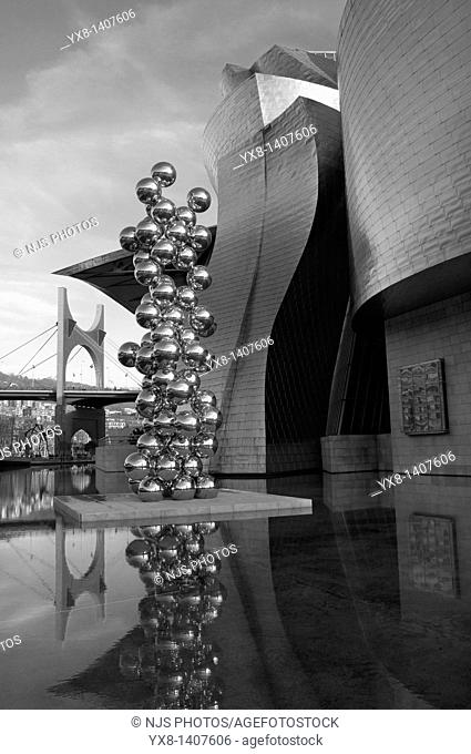 """Guggenheim Museum and the scuplture """"Tall tree and the eye"""" by Anish Kapoor with """"La Salve"""" bridge on the background, Bilbao, Vizcaya, Basque Country, Spain"""