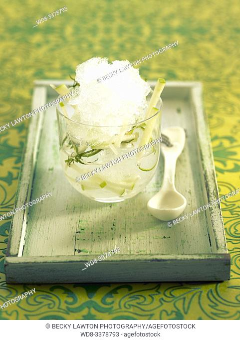 Gin tonic dulce con manzana y menta. / Sweet gin and tonic with apple and mint