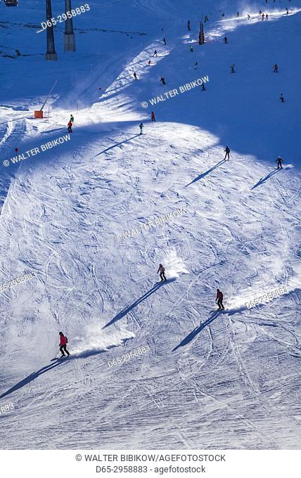 Austria, Tyrol, Zillertal, Hintertux, Hintertuxer Glacier, Tuxer Fernerhaus station, elevation 2660 meters, skiers, winter