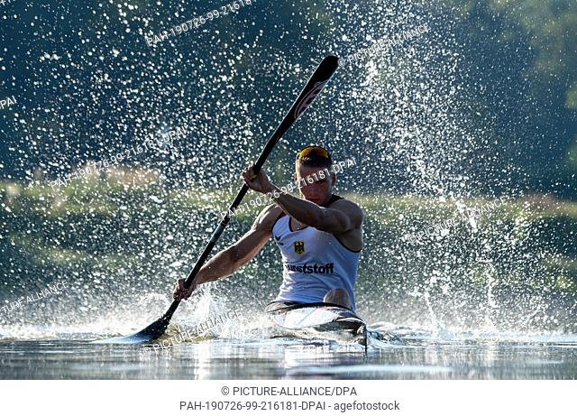 25 July 2019, Saxony, Dresden: Tom Liebscher, Olympic Canoe Champion, is training for the World Championships on the Elbe