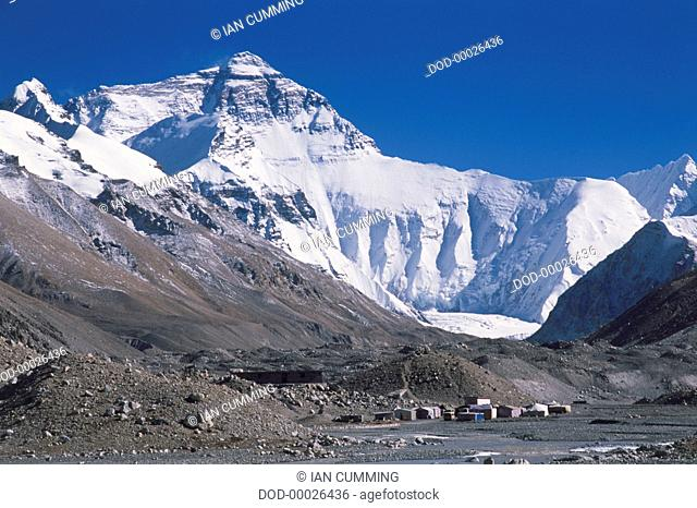 China, Tibet, Nepal, Everest Base Camp, view of snow-covered Mount Everest, front view