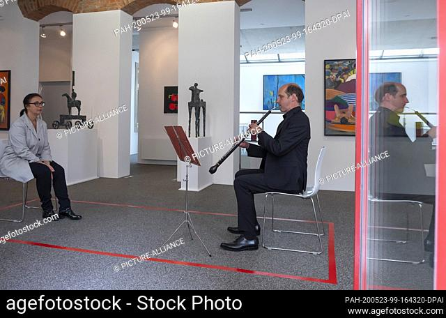 """23 May 2020, Saxony, Dresden: Cor anglais player Volker Hahnemann and Ines Schulz meet at the so-called """"""""1:1 CONCERTS - Staatskapelle direkt"""""""""""