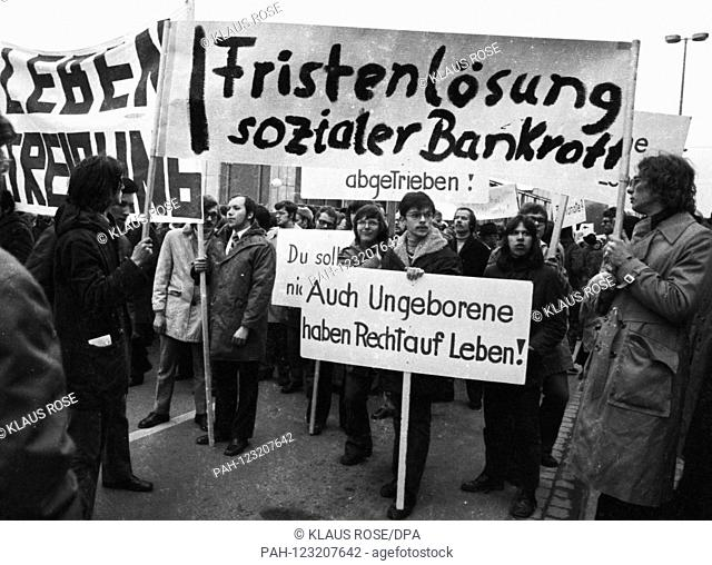 Anti-abortionists on 12 April 1973 on the occasion of the SPD (Social Democrats) party congress in Hanover. | usage worldwide