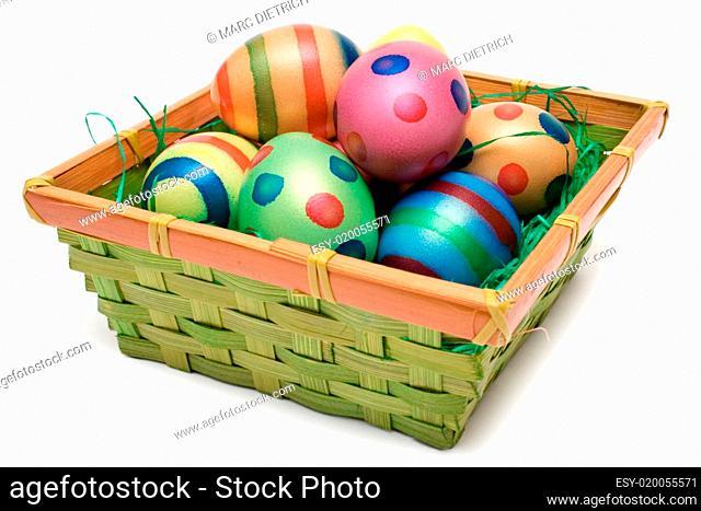 Bunte Eier im Osterkorb