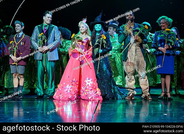 05 September 2021, Hamburg: The musical actors Andreas Lichtenberger (2nd from left) as the Wizard of Oz the two witches Jeannine Wacker (3rd from left) as...