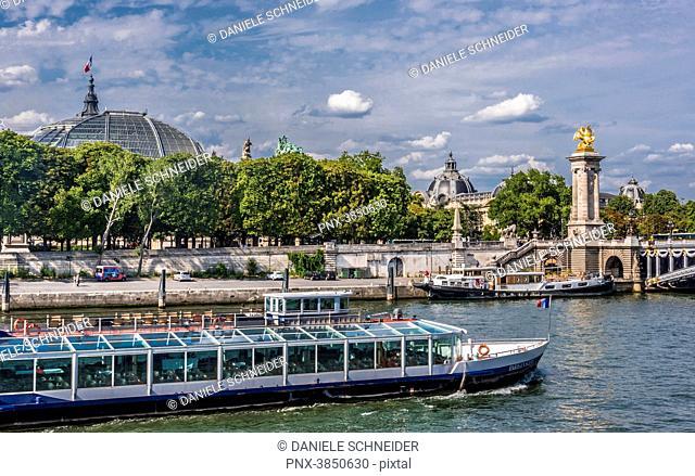 France, 8th arrondissement of Paris, pont Alexandre III (19th century) over the Seine river, bateau-mouche (tourist river boat)