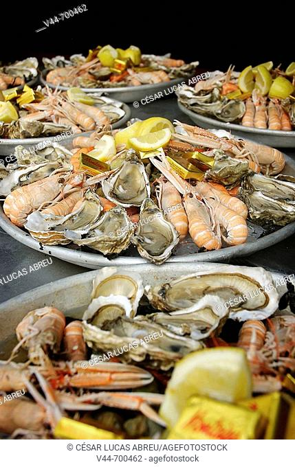 Oisters and sea food. Restaurant Andre, La Rochelle. Poitou-Charentes, France