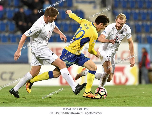 Utkani 12. kola prvni fotbalove ligy: 1. FC Slovacko - FK Teplice, 29. rijna v Uherskem Hradisti. Zleva Velice Sumulikoski ze Slovacka
