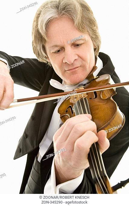 Eleganter Mann im Frack spielt konzentriert Violine