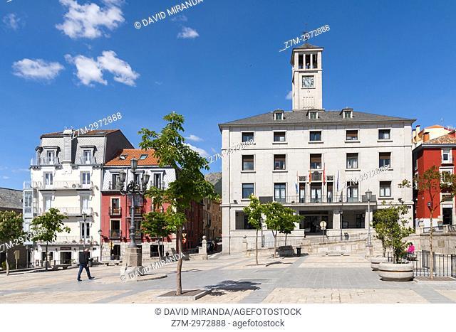 Ayuntamiento y Plaza de la Constitución. San Lorenzo de El Escorial. Madrid. España
