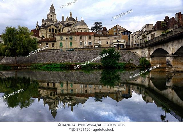 old town of Périgueux, bridge over Isle River, Saint-Front Cathedral in background, World Heritage Sites of the Routes of Santiago de Compostela in France