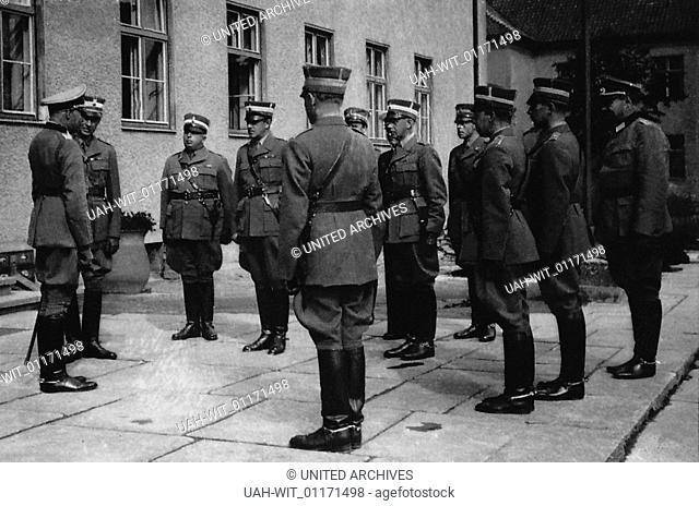 Ausländische Offiziere beim Besuch der Heeres-Unteroffizierschule in Potsdam, Begrüßung von schedischen Offizieren durch den Kommandeur der Schule