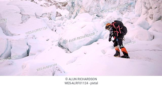 Nepal, Solo Khumbu, Mountaineer at Everest Icefall