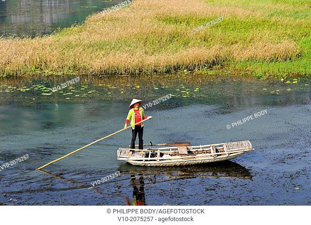 Vietnam, Ha Long bay on land, Van Long, boatman