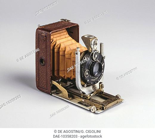 Bergheil 4,5x6 cm De Luxe folding plate camera, Heliar lens, manufactured by Voigtlaender & Sohn in 1930, Germany, 20th century. Private Collection