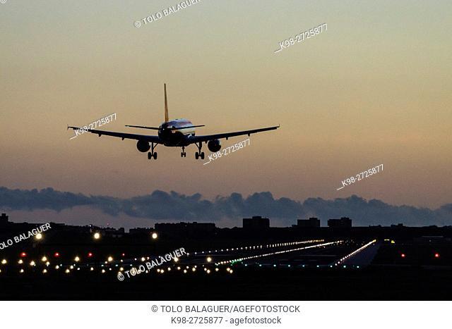 avion aterrizando en el aeropuerto de Palma, mallorca, Balearic Islands, Spain