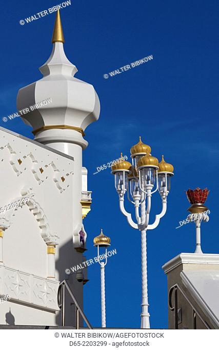USA, New Jersey, Atlantic City, boardwalk and the Trump Taj Mahal Hotel and Casino, morning