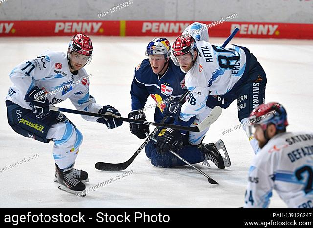 v.lo: Justin FESER (IN), Mark VOAKES (M), Daniel PIETTA (IN), action, duels. EHC Red Bull Muenchen-ERC Ingolstadt ice hockey DEL season 2020/2021 on 01/21/2020...