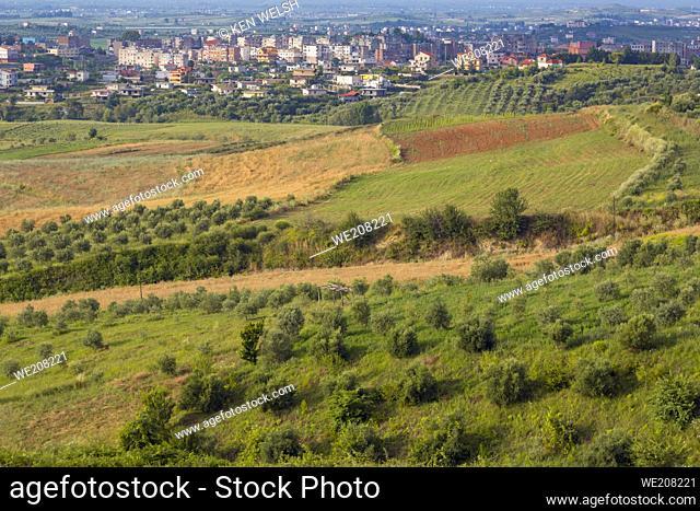 Patos, Región Fier, Albania. Ver a través de tierras de cultivo hasta la ciudad