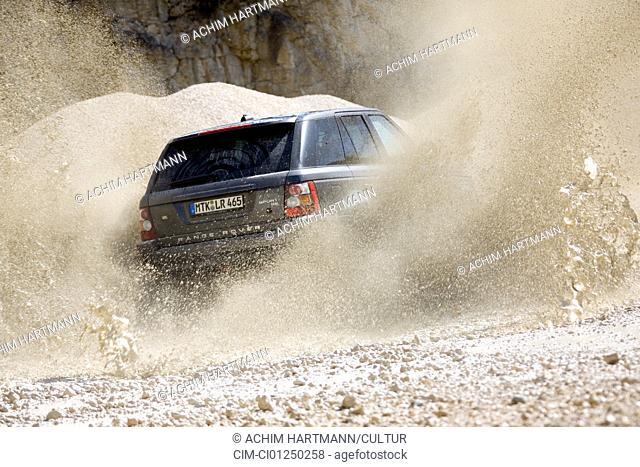 Land Rover Range Rover Sport V8 SE, model year 2006-, anthracite, driving, diagonal from the back, rear view, offroad
