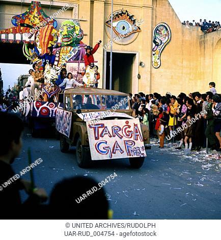 Eine Reise nach Malta. Karneval in Valetta, Februar 1975. Travel to Malta, Carnival in Valetta, February 1975. Boys as girls - young boys as beautiful girls