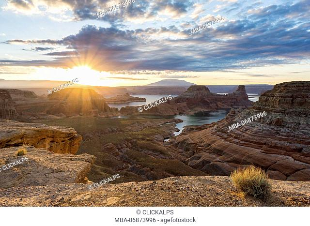 Sunrise at Alstrom Point, Lake Powell, Glen Canyon National Recreation Area, Page, between Arizona and Utah, USA