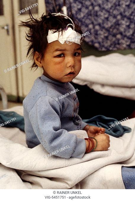 AFG, Afghanistan : A wounded girl in Karte-Se hospital in Kabul , January 1995 - Kabul, Kabul, Afghanistan, 05/01/1995
