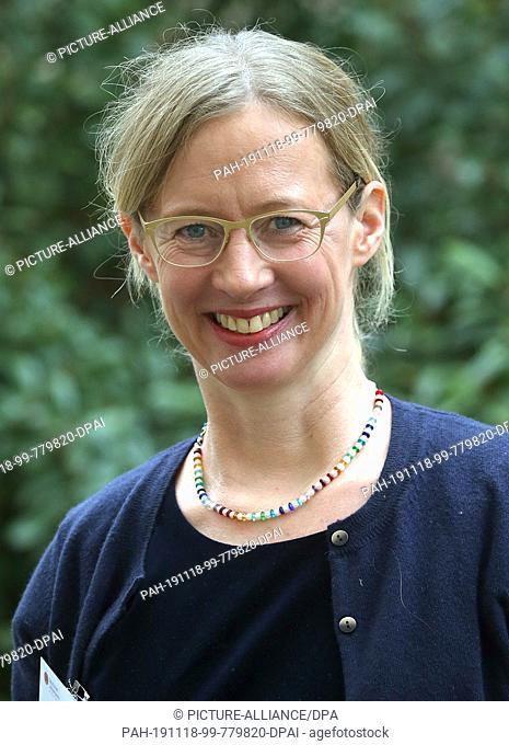 18 November 2019, Berlin: Karen Pohlman from the Evangelisches Gymnasium zum Grauen Kloster in Berlin is awarded the German Teachers' Prize 2019
