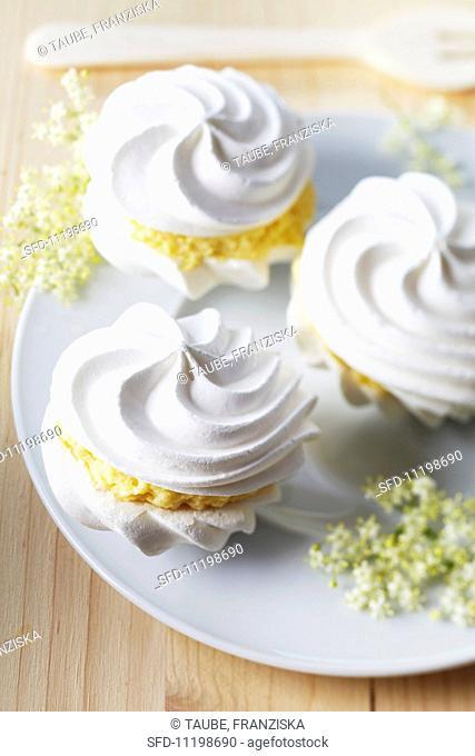 Meringues with elderflower cream