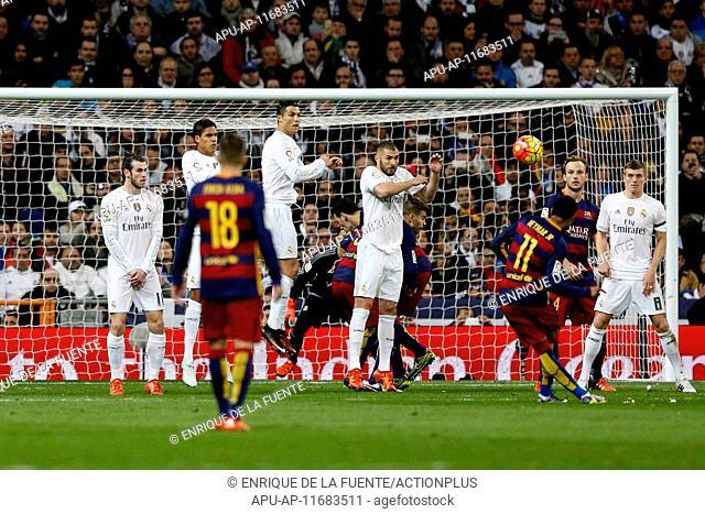 2015 La Liga Football Real Madrid v FC Barcelona Nov 21st. 21.11.2015. Madrid, Spain. Neymar Da Silva Santos Junior (11) FC Barcelona with the shot over the...