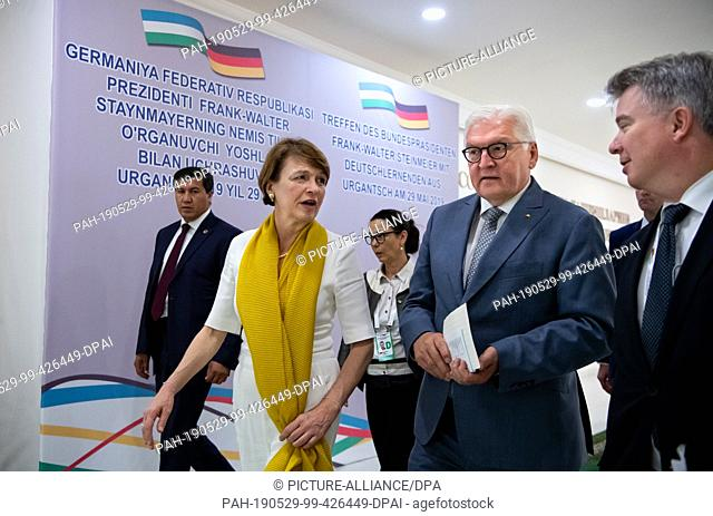 29 May 2019, Uzbekistan, Urgantsch: Federal President Frank-Walter Steinmeier and his wife Elke Büdenbender go to a meeting with students of the University of...
