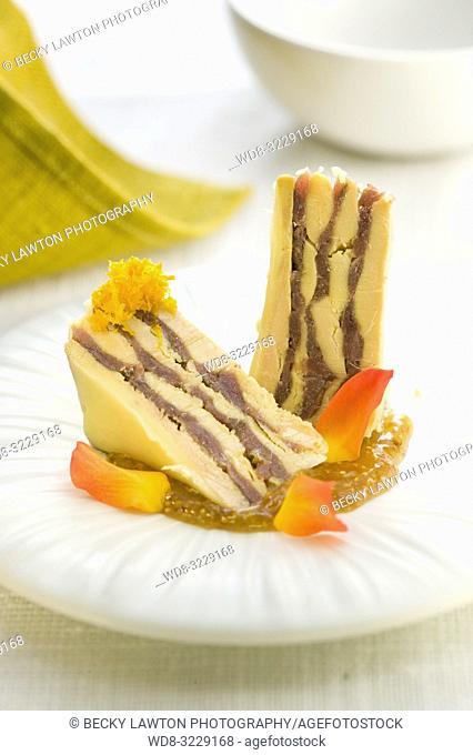Platillo de terrina de foie con angulas y salsa de higos