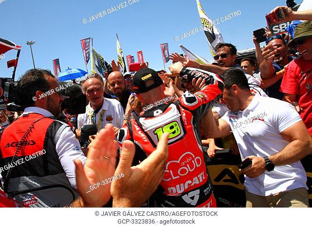 Carrera del sabado -SBK -WSBK 2019 Jerez Alvaro Bautista ganador de la carrera, saludando tras el primer puesto del podio a la aficion congregada en Jerez