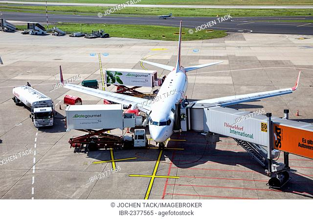 An Air Berlin Boeing 737 at the gate, check-in, loading, unloading, catering, refuelling, baggage loading, Duesseldorf International Airport, Duesseldorf