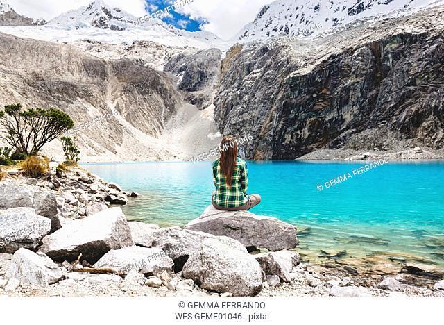 Peru, Cordillera Blanca, Huaraz, Huascaran National Park, woman sitting at Laguna 69