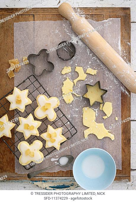 More shortbread biscuits with icing sugar and ginger on a metal rack