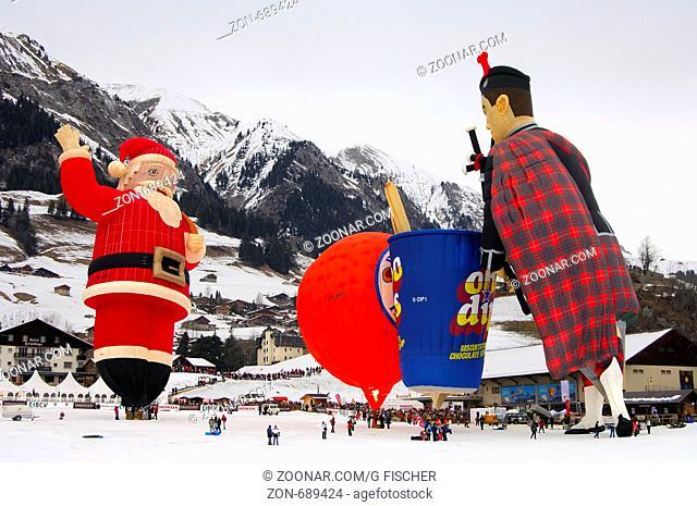 Heissluftballon Sonderformen auf dem Startplatz, v.l.n.r. Colt Santa-Claus SS, Papillon Cameron Orange-120 SS, Choc Dips Cameron Tub-80 SS, Fliegender Schottte