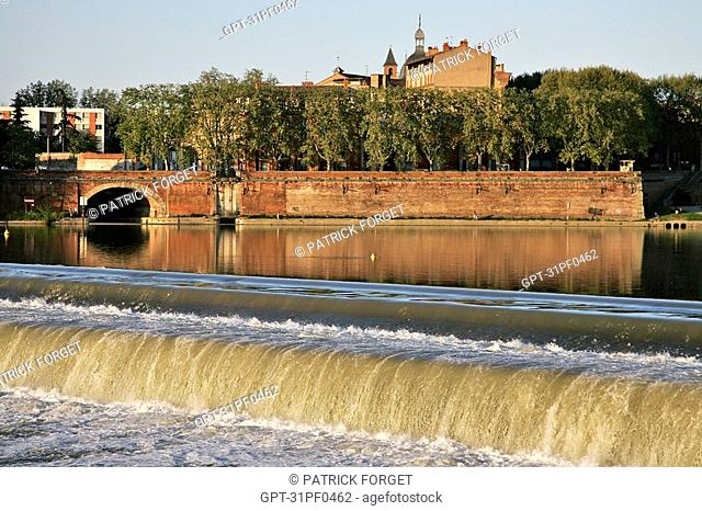 EMBANKMENT OF THE GARONNE WITH THE BAZACLE IN THE BACKGROUND, CITY OF TOULOUSE, HAUTE-GARONNE 31, FRANCE