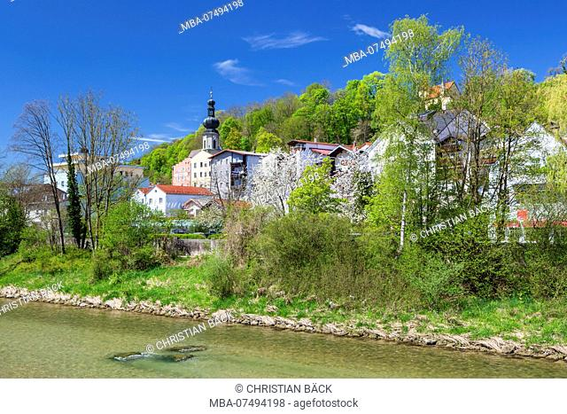 Houses and parish church of St. Andrew in Trostberg on the Alz, Chiemgau, Upper Bavaria, Bavaria, southern Germany, Germany, Europe