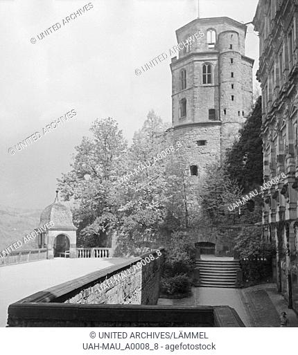 Im alten Schloss in Heidelberg am Neckar, Deutschland 1930er Jahre. At the old castle at Heidelberg on river Neckar, Germany 1930s