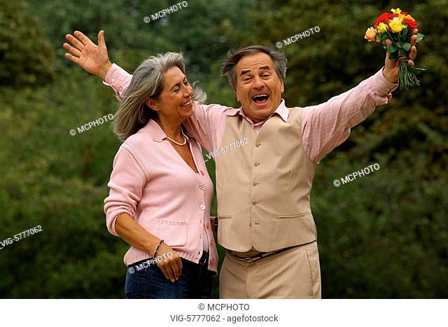 Ein aelterer Mann macht seiner Partnerin eine Liebeserklaerung und freut sich, Hamburg 2006 - Hamburg, Germany, 11/09/2006
