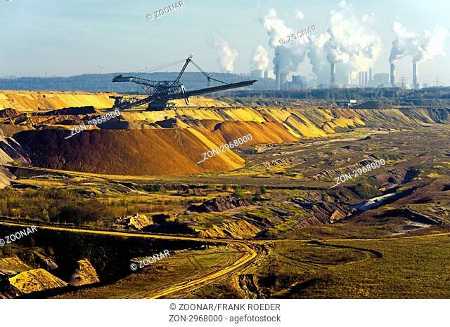 Kraftwerk am Rande eines ausgekohlten Tagebaus