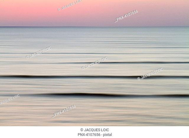 France, Baie de Bourgneuf, 44, last waves at dusk