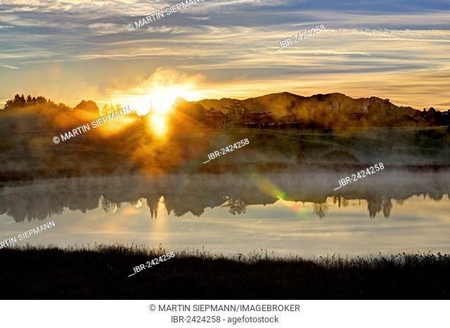 Sunrise on lake Sengsee, Osterseen lakes, Iffeldorf, Fuenfseenland region, Upper Bavaria, Bavaria, Germany, Europe