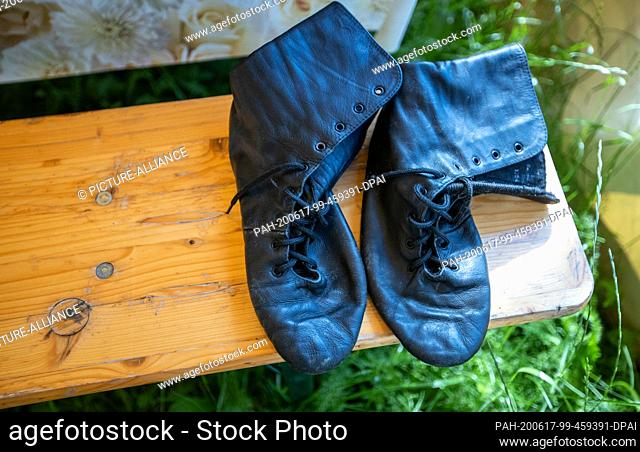 17 June 2020, Mecklenburg-Western Pomerania, Gadebusch: Artist boots are on a beer bench in a small tent of Circus Royal on the premises of the winter quarters