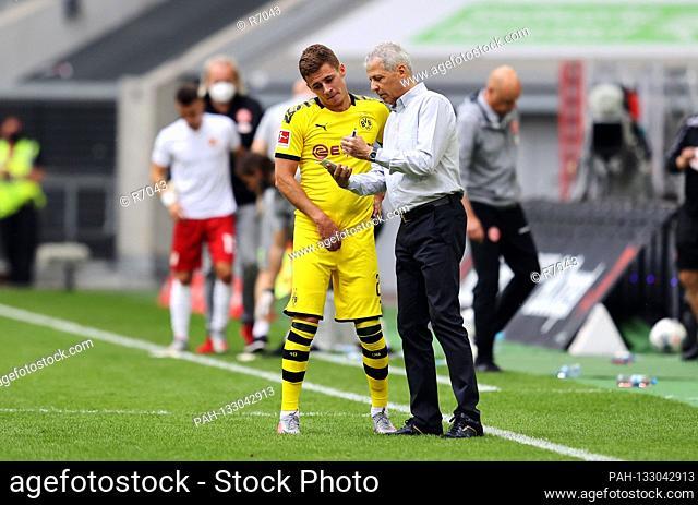 firo 1.Bundesliga Fortuna Dvºsseldorf - BVB Borussia Dortmund BVB coach, coach, Lucien Favre, gesture, gesture, note and pen, BVB Thorgan Hazard