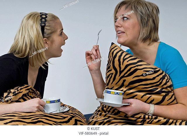 zwei junge Frauen - Niederoesterreich, Ísterreich, 26/11/2007