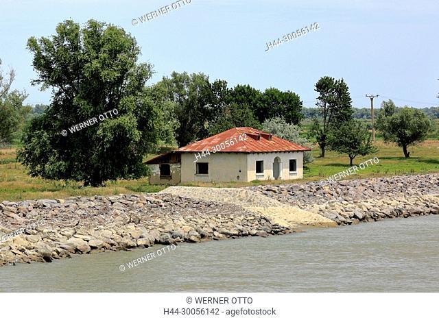 Kleines Landhaus in Vulturu am Sulinaarm der Donau, Donauufer, Uferpromenade, Uferlandschaft, Baeume, Baumgruppe, Uferdamm aus Felsstein, Hochwasserschutz
